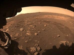 NASAko Perseverance rover-ak 2021eko martxoaren 4an Marten hartutako irudia, Jezero kraterrean lurreratu zen lekutik egin zuen lehen zeharkaldi laburrean.  NASA/Mars2020