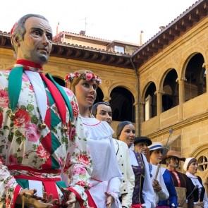 Exposition de la Comparsa de Géants de Donostia / San Sebastián dans le cloître du Musée San Telmo