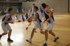 En jouant au basket