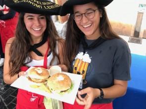 Las campeonas con la hamburguesa ganadora