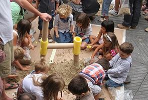 Atelier de nattes et de peinture sur visage pour les enfants.